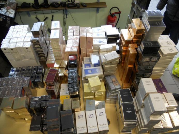 1 285 flacons de parfums de contrefaçon prêts à la commercialisation découverts dans des sacs de sports à bord d'un autocar de tourisme (Photo Douanes françaises)