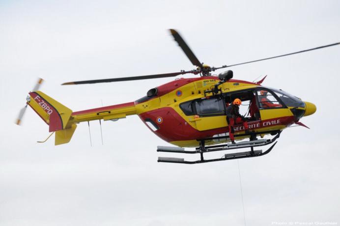 Les deux marins ont été pris en charge à bord de l'hélicoptère de la sécurité civile Dragon 50 et transportés à l'hôtital de Granville (Photo DR)