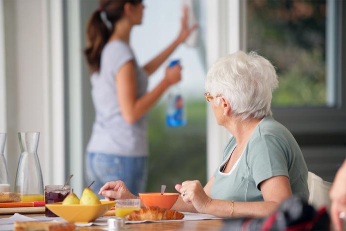 Les associations craignent pour les services d'aide à domicile dont la remise en cause pénaliserait les plus démunis et fragiles (Photo d'illustration)