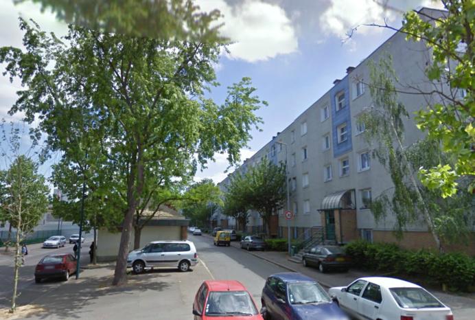 L'enfant aurait échappé à la surveillance de sa mère et a chuté du 4e étage de l'immeuble, rue Fragonard, dans le quartioer des Peintres de la cité du Val-Fourré (Photo d'illustration)
