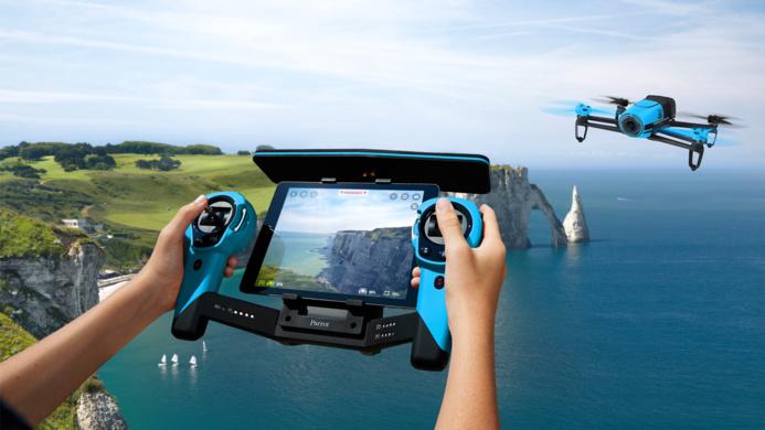 Photo d'illustration d'une démonstration de pilotage d'un drone sur les falaises d'Etretat, en Seine-Maritime @netpublic.fr