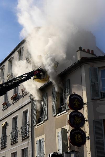 A l'arrivée des pompiers, un panache de fumée sortait des fenêtres de l'appartement en feu