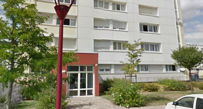 Le hall d'entrée de cet immeuble situé au 20, rue du Puchot, est régulièrement squatté par des jeunes gens accusés de commettre des incivilités (@GoogleMaps)