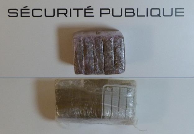 5 plaquettes de résine de cannabis (en haut) et un bloc d'1 kg d'héroïne ont été découverts dans le sac balancé dans le jardin d'une propriété par le fuyard (Photo DDSP)