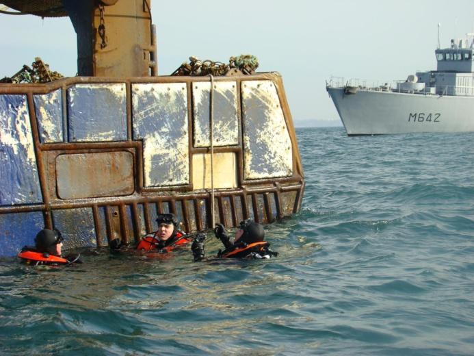 """Les plongeurs du Cassiopée lors de leur intervention sur le chalutier """"Pierre de Jade"""", au large du cap d'Antifer ce jeudi (Photo Marine nationale)"""