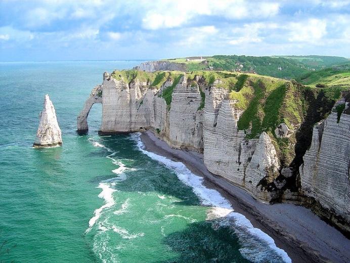 Les falaises d'Etretat, haut lieu touristique normand, sont aussi tristement célèbres pour ses suicides