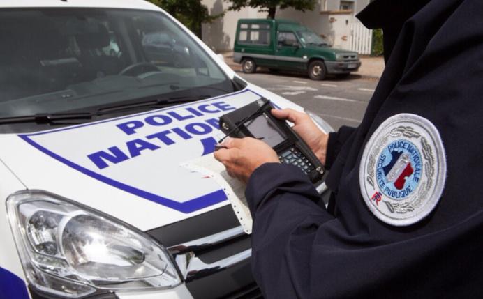 Les policiers s'apprêtaient à verbaliser le contrevenant garé en double file (photo @DGPN)
