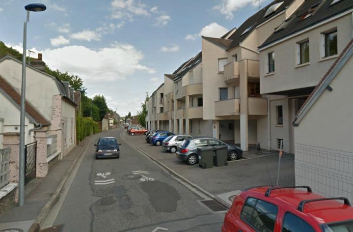 Le jeune homme a été tué en bas de chez lui, dans la cour intérieure de l'imeuble où il habitait, rue de la Rochette (Photo d'illustration)