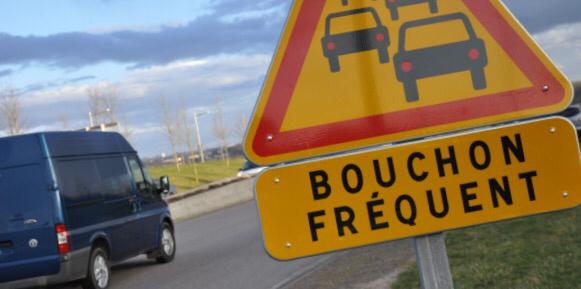 Un bouchon s'est formé derriere le cortège d'autocars qui roule au ralenti sur l'A1 vers Paris
