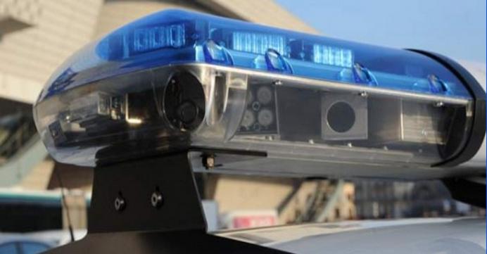 La Twingo volée lors d'un home-jacking a été repérée par une voiture de police équipée du lecteur automatisé de plaques d'immatriculation (LAPI). Ce dispositif, muni de plusieurs caméras, est embarqué dans la rampe lumineuse et permet de détecter tout véhicule signalé volé ou recherché.