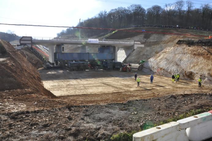 Dans quelques instants, le pont-rail va être amené à son emplacement définitif (@infoNormandie.com)