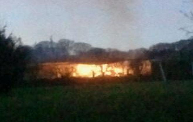 Un hangar agricole contenant du lin détruit par le feu ce soir à Daubeuf-près-Vatteville (Eure)