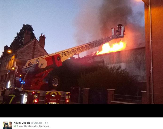 Les flammes s'échappent de la toiture : image impressionnante réalisée par un témoin de l'incendie, Kévin Depois @OtaLock