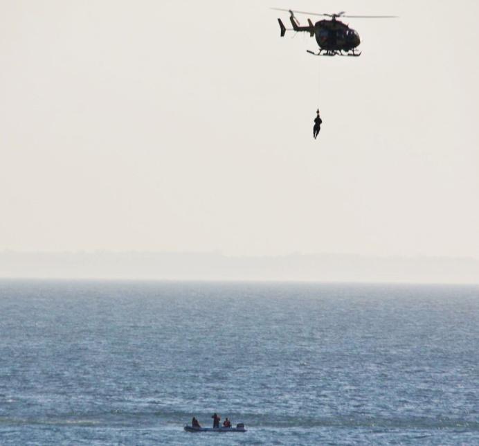 Deux des naufragés dont une fillette de 11 ans, ont été hélitreuillés à bord de l'hélicoptère de la Marine nationale pour être transportés à l'hôpital de Granville (Photo Sébastien Cottin)
