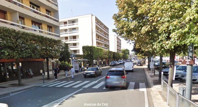 Le motard est venu faucher l'enfant qui marchait sur le trottoir (@Google Maps)