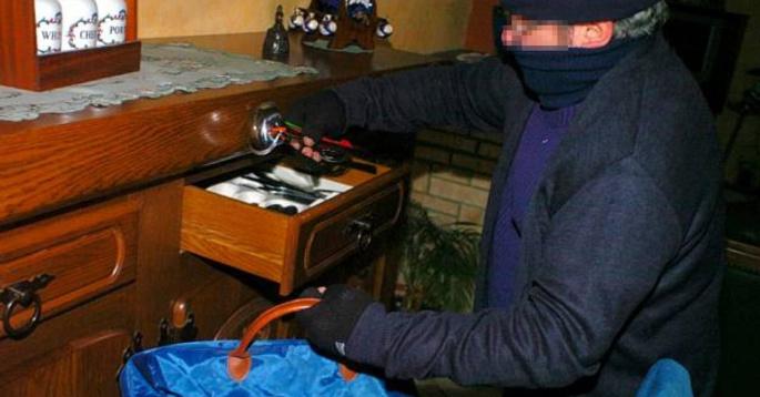 Les faux policiers ont fouillé les pièces et meubles de l'habitation et ont dérobé des bijoux (Illustration)