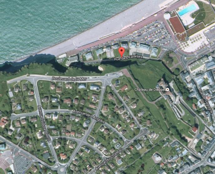 Le corps sans vie de la septuagénaire a été découvert rue des Falaises, en contrebas du boulevard de la Mer et du parking où le véhicule a été retrouvé (Photo Google Maps)