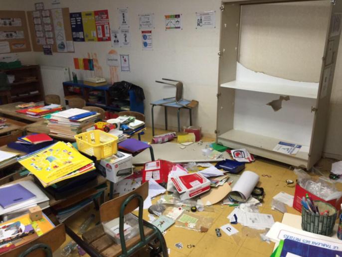Les vandales n'y sont pas allés de main morte à voir l'état de cette salle de classe (photo @Mairie de Vernon/Twitter)