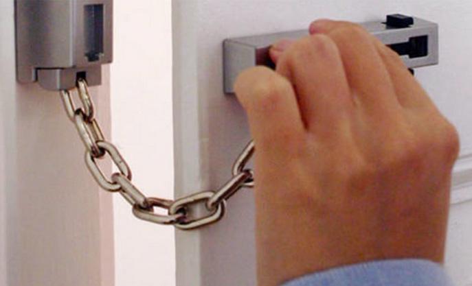 La gendarmerie met en garde les personnes âgées et leur conseille de ne pas ouvrir leur porte à des inconnus (Illustration)