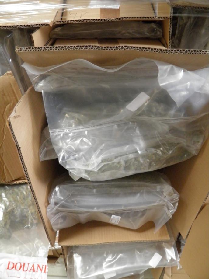 Les cigarettes et la drogue étaient dissimulés dans des cartons contenant aussi des chaussettes (Photo @Douane)