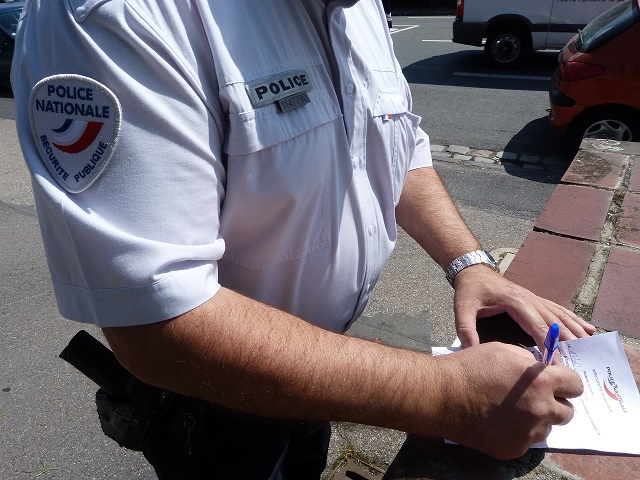 Les policiers qui constataient une fenêtre ou une porte de garage laissée ouverte en l'absence des occupants avaient pour mission de déposer une mise en garde dans la boite aux lettres de la maison (@DDSP)