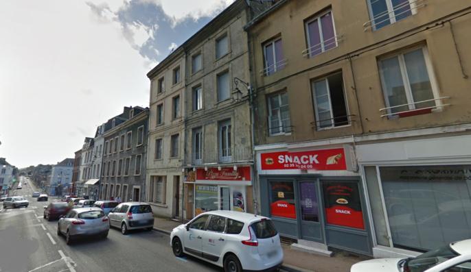 La victime, blessée à la tête, a été découverte au pied de son immeuble au 26, rue des Forts à Fécamp (@illustration)