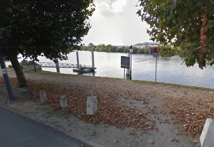 Le quinquagénaire a été repêché par le fonctionnaire de police à proximité de ce ponton, à hauteur de la rue du Bac (Illustration Google Maps)