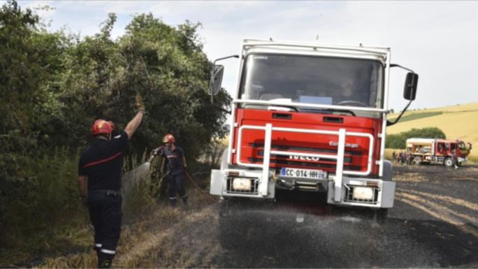 Depuis le début de la sécheresse, les pompiers des Yvelines sont très sollicités pour intervenir sur des feux de récoltes, de chaume ou de broussailles (illustration@Sdis78)