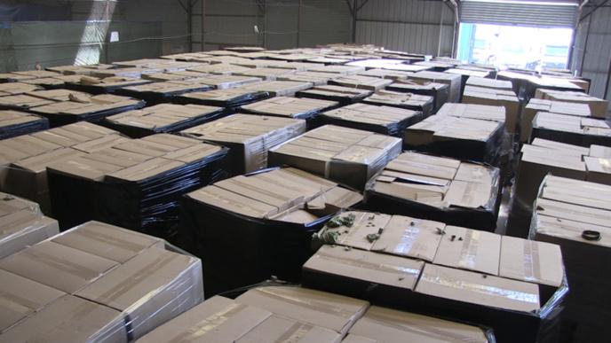 Dans l'entrepôt, les douaniers ont découvert plus de 40 tonnes de café conditionnés dans des cartons prêts à être livrés (Photos @Douanes françaises)