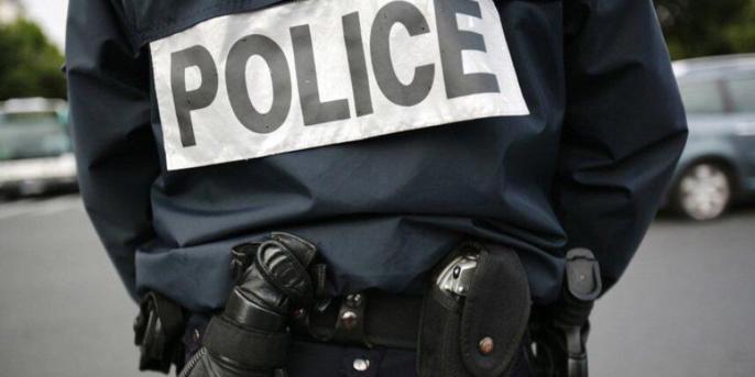 A Trappes (Yvelines), il pénètre dans le bureau de poste armé d'une machette