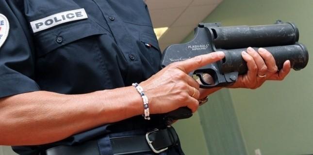Le flash ball est une arme non létale qui peut faire des dégâts à bout portant. Elle est utilisée par les policiers chargés du maintien de l'ordre
