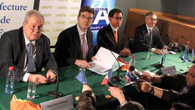 Jean Louis Destans, Arnaud Montebourg et le Pdg de Double A, lors de la signature de l'acte de cession de l'ancienne usine M-Real au groupe thaïlandais (Photo @DR)