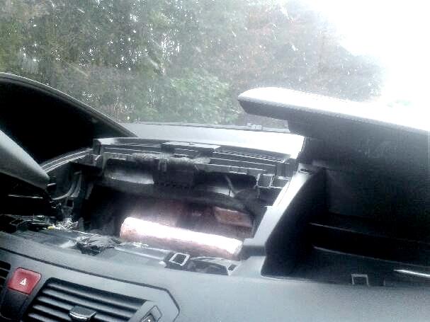 La cocaïne conditionnée sous plastique était dissimulée en partie dans le tableau de bord du véhicule (Photo @Douane)