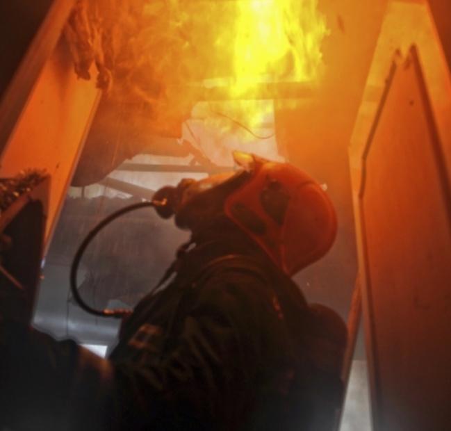 @Illustration. Les pompiers de Louviers, Val-de-Reuil et d'Acquigny n'ont rien pu sauver de la demeure qui a été entièrement détruite