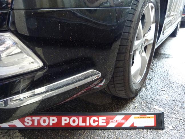 """Pour contraindre le fuyard à s'arrêter, les policiers ont dû faire usage de la herse Diva """"stop stick"""", un dispositif qui permet de crever les pneus sans mettre en danger la vie du chauffard"""