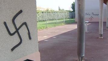 Yvelines : des panneaux de signalisation recouverts de croix gammées à Versailles