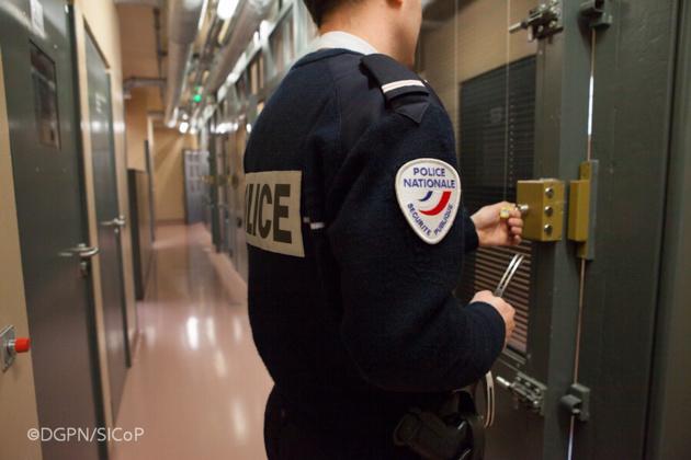 Les casseurs de la vitrine d'un salon de coiffure ont été placés en cellule de dégrisement en attendant de pouvoir être auditionnés ( illustration @DGPN)