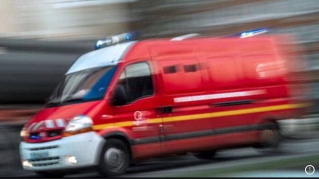 La victime a été transportée à l'hôpital par les sapeurs-pompiers, ainsi que ses deux enfants de 2 et 5 ans