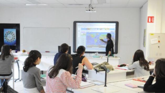 Illustration d'un collège équipé d'une salle expérimentale numérique