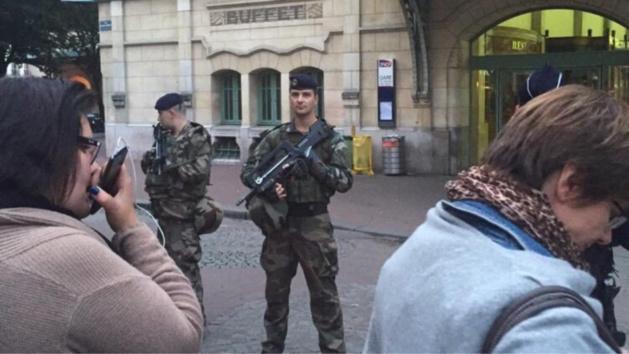 La gare a été évacuée et un périmètre de sécurité ont été mis en place dans le cadre des procédures du plan Vigipirate (Photo Mamadou Diallo / Twitter)