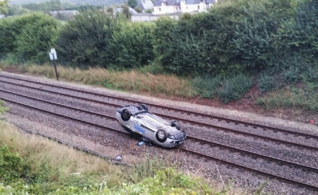 La Renault Mégane s'est immobilisée sur le toit après plusieurs tonneaux et dévalé un talus d'une quinzaine de mètres. Le conducteur est indemne !