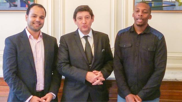 Abou M'Bodji (à droite) et son associé Moustapha Ait Ouaissi (à gauche) en compagnie de Patrick Kanner, Ministre de la Ville, de la Jeunesse et des Sports (Photo © David Delaporte – Talents des Cités)