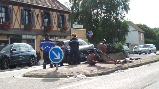 Perte de contrôle sur la N13 à Chaufour-lès-Bonnières : le véhicule arrache un lampadaire