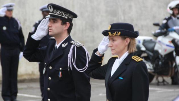 Le commissaire Antoine Dufourg ici en compagnie d'Aude Plumeau, directrice de cabonet du préfet, lors de la cérémonie d'instllation dans la cour d'honneur du commissariat (Photo @DR)