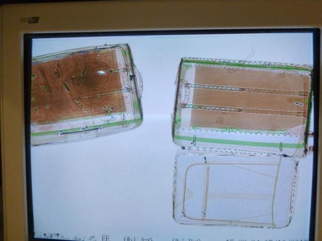 Les valises passées aux rayons X ont révélé la présence à l'intérieur de cocaïne (crédit : Douane française)