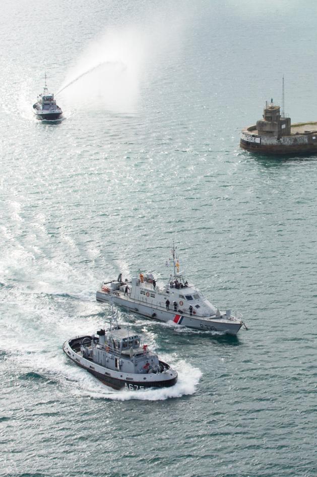 Le patrouilleur Géranium franchit le port militaire de Cherbourg (Photo B. Planchais@Marine Nationale)