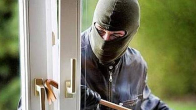 Le ou les cambrioleurs sont entrés en fracturant une porte (Photo d'illustration)