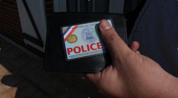 La nouvelle carte de police a le format d'une carte bancaire, est équipée d'une puce électronique et est plastifiée (Photo d'illustration)