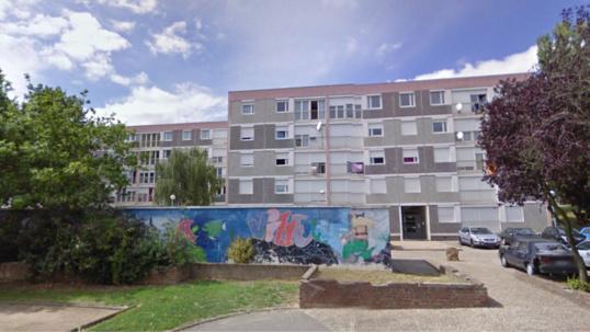 Le corps sans vie de l'homme a été découvert au pied d'un immeuble en cours de réhabilitation de la cité des Violettes, à Oissel (Photo d'illustration)