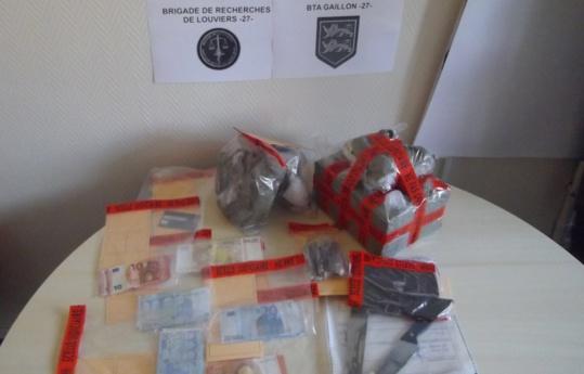 Les gendarmes ont saisi la résine de cannabis, de l'argent et du matériel servant à conditionner la drogue (Photo@Gendarmerie)